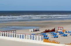 Terrazas abandonadas en una playa vacía Fotos de archivo