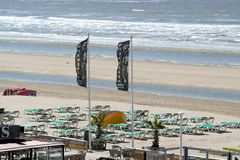 Terrazas abandonadas en una playa vacía Imágenes de archivo libres de regalías