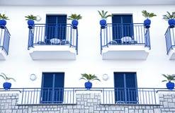 Terrazas azules de un edificio mediterráneo italiano Fotografía de archivo libre de regalías
