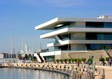 Terrazas de la opinión del mar en el edificio moderno en el frente de mar, Valencia, España Foto de archivo