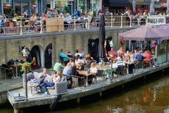 Terrazas escénicas a lo largo de un canal, Leeuwarden, Holanda Foto de archivo