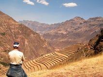Terrazzamento di Pisac Inca Site Incan Ruins Peru del turista Fotografia Stock