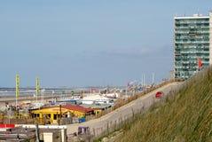 Terrazzi abbandonati su una spiaggia vuota Fotografie Stock Libere da Diritti