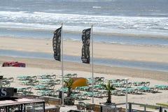 Terrazzi abbandonati su una spiaggia vuota Immagini Stock Libere da Diritti