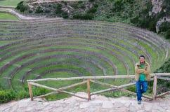 Terrazzi agricoli nella valle sacra Turistico con il fondo di Moray in Cusco, valle sacra, Perù immagine stock libera da diritti