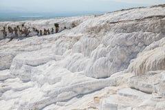 Terrazzi bianchi del calcare in Pamukkale, Turchia fotografia stock