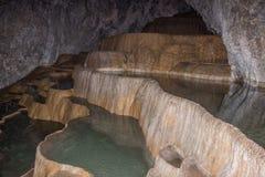 Terrazzi del travertino dentro della caverna di Stopica, Zlatibor, Serbia Fotografia Stock
