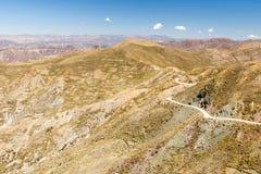 Terrazzi di agricoltura della strada delle montagne della Bolivia Fotografia Stock Libera da Diritti