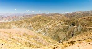 Terrazzi di agricoltura della strada delle montagne della Bolivia Immagini Stock Libere da Diritti