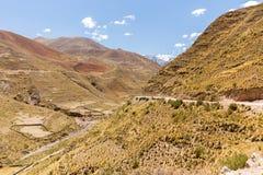 Terrazzi di agricoltura della strada delle montagne della Bolivia Immagini Stock