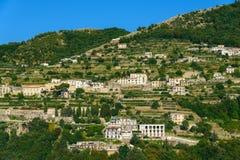 Terrazzi di agricoltura intorno alla città di Ravello, Italia Immagine Stock