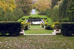 Terrazzi e stagno del giardino convenzionale Fotografia Stock Libera da Diritti