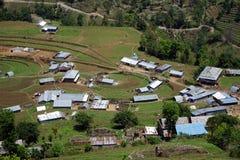 Terrazzi e villaggio in montagna fotografie stock libere da diritti