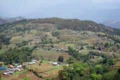 Terrazzi e villaggio in montagna immagine stock libera da diritti