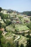 Terrazzi e villaggio in montagna immagini stock