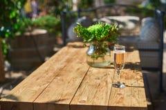 Terrazzo accogliente con i sofà per resto, vetro con champagne su una tavola di legno Immagini Stock Libere da Diritti