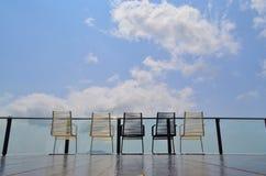 Terrazzo all'aperto magnifico con le sedie Fotografie Stock Libere da Diritti