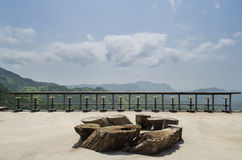 Terrazzo all'aperto magnifico con le sedie sul terrazzo soleggiato Immagini Stock Libere da Diritti