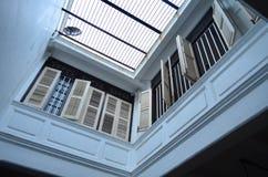 Terrazzo bianco con le finestre fotografia stock libera da diritti