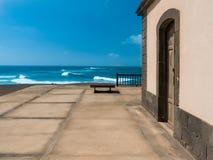 Terrazzo che trascura il mare immagini stock