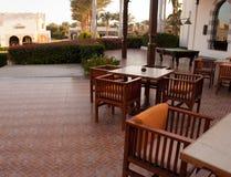 Terrazzo con le Tabelle e le sedie Terrazzo del caffè di estate Posto esteriore per il nopeople del pranzo immagine stock