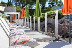 Terrazzo con posto letto per ricoveri giornalieri e gli ombrelli Fotografia Stock