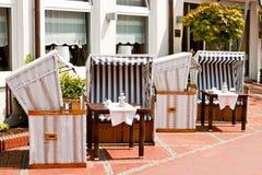 Terrazzo del ristorante con le sedie di spiaggia Fotografia Stock