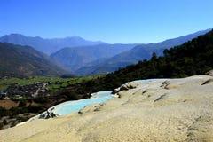 Terrazzo dell'acqua bianca, Baisuitai, il Yunnan Cina Fotografia Stock