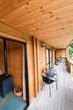 Terrazzo della casetta di legno della montagna Fotografia Stock