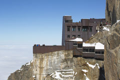 Terrazzo di Chamonix-Mont-Blanc che trascura il massiccio di Mont Blanc alla stazione della cima della montagna di Aiguille du Mid Fotografia Stock