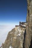Terrazzo di Chamonix-Mont-Blanc che trascura il massiccio di Mont Blanc alla stazione della cima della montagna di Aiguille du Mid Immagini Stock