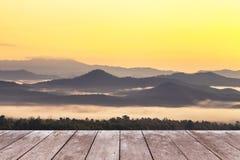 Terrazzo di legno del balcone sull'alta montagna tropicale di strato della foresta pluviale di punto di vista con nebbia bianca n Immagine Stock Libera da Diritti