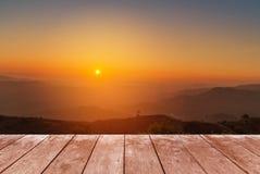 Terrazzo di legno del balcone sull'alta montagna tropicale di strato della foresta pluviale di punto di vista con nebbia bianca n Fotografia Stock Libera da Diritti