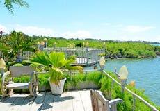 Terrazzo di trascuratezza del giardino con la vista piacevole fotografia stock