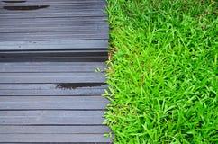 Terrazzo ed erba verde. immagini stock