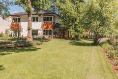 Terrazzo, giardino e prato inglese soleggiati immagine stock libera da diritti
