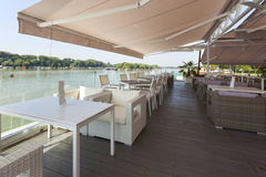 Terrazzo moderno del caffè della riva del fiume di mattina Immagine Stock