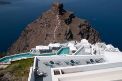 Terrazzo romantico in mezzo della caldera di Santorini, mar Egeo Fotografia Stock
