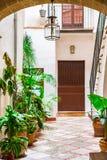 Terrazzo spagnolo tradizionale idilliaco del patio con le piante in vaso fotografia stock