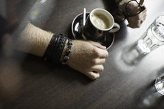 Terrazzo tipico del caffè con due tazze di coffe sulle tavole e sulle sedie fotografia stock