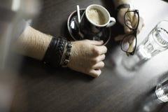Terrazzo tipico del caffè con due tazze di coffe sulle tavole e sulle sedie Fotografie Stock Libere da Diritti