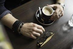 Terrazzo tipico del caffè con la tazza di coffe sulla tavola Immagini Stock