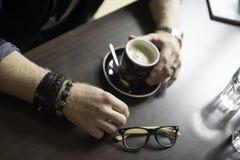 Terrazzo tipico del caffè con la tazza di coffe sulla tavola Immagini Stock Libere da Diritti