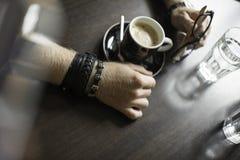Terrazzo tipico del caffè con la tazza di coffe sulla tavola immagine stock libera da diritti