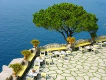 Terrazzo tradizionale dell'aria aperta alla costa di Amalfi in Italia del sud Immagine Stock