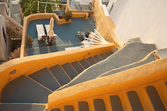 Terrazzo tradizionale giallo di Fira a Santorini, Grecia Immagini Stock
