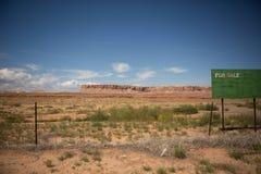 Terre à vendre le signe Photos stock