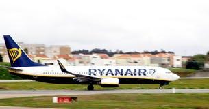 Terre d'aeroplain de Ryanair sur l'aeroport Image stock