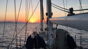 Terre de approche de voilier au lever de soleil en mer clips vidéos