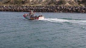 Terre de arrivée portugaise de bateau de pêche clips vidéos